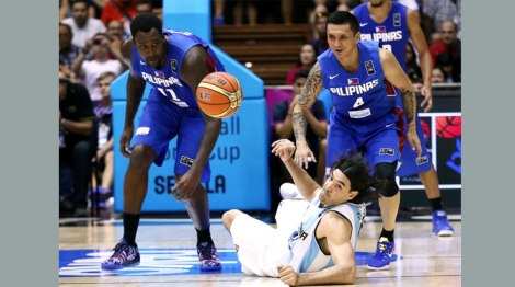 Jimmy Alapag, no. 4, inspired Gilas Pilipinas to a late surge, but was not enough as Scola and co. prevailed.