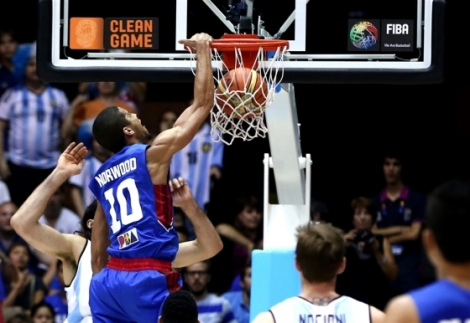 Gilas Gabe Norwood dunks over Argentina's Scola in their FIBA 2014 encounter.